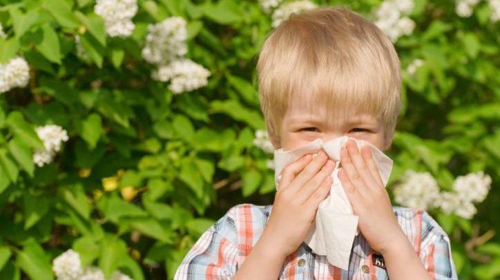 Allergie primaverili, sintomi e rimedi naturali: consigli per bambini