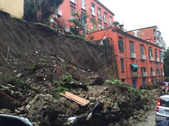 Maltempo Napoli, frana e auto sepolte: dramma sfiorato per caso