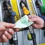 Eurozona, il prezzo della benzina aumenta per la parità euro/dollaro