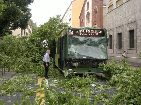 Maltempo a Milano, crollo a Malpensa e danni in città