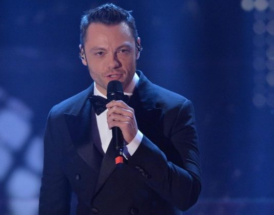 "Finale The Voice of Italy 2015: Tiziano Ferro canta il nuovo singolo ""Lo Stadio"" (Video)"