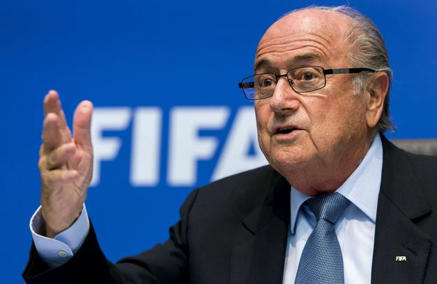 Blatter contestato in conferenza stampa: lanciate banconote false