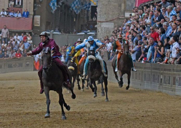 Palio di Siena 2015: vince la Torre la prima gara