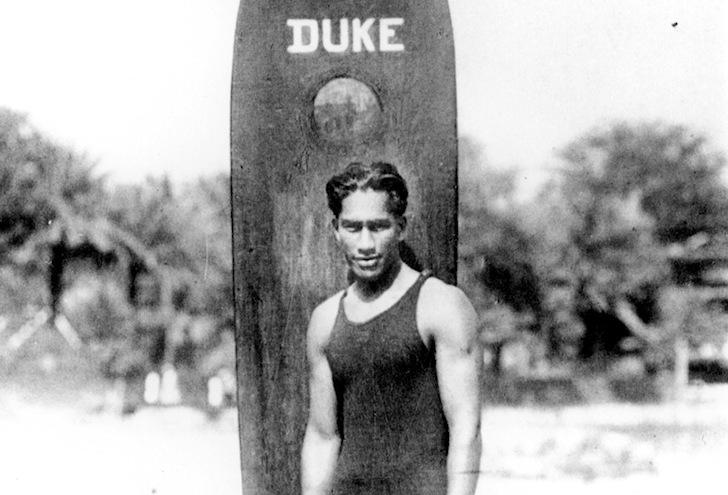 Doodle Google di oggi (24 agosto), dedicato a Duke Kahanamoku