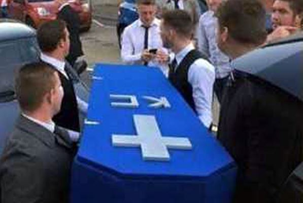 Si fidanza e non esce più con gli gli amici: Per dispetto gli organizzano il funerale