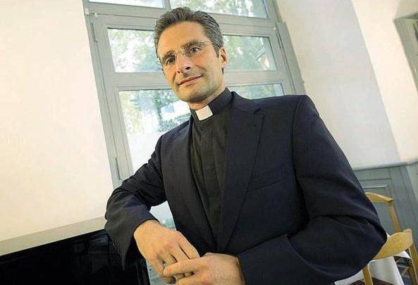 """Monsignor Charamsa confessa: """"Sono gay ed ho un compagno"""""""