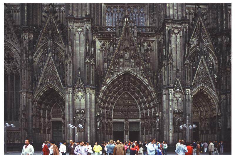 Colonia, Artista Nuda al Duomo contro la Violenza alle donne