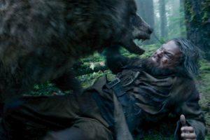 Leonardo DiCaprio combatte un Orso nel film Revenant - Redivivo