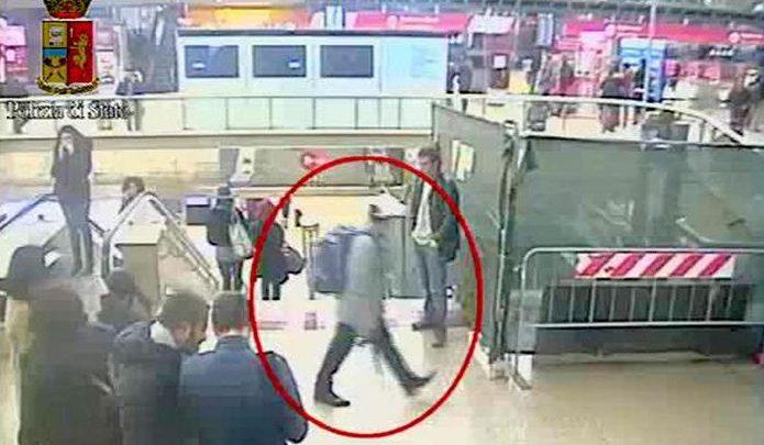 Uomo col fucile giocattolo nella Metro a Roma: fermato