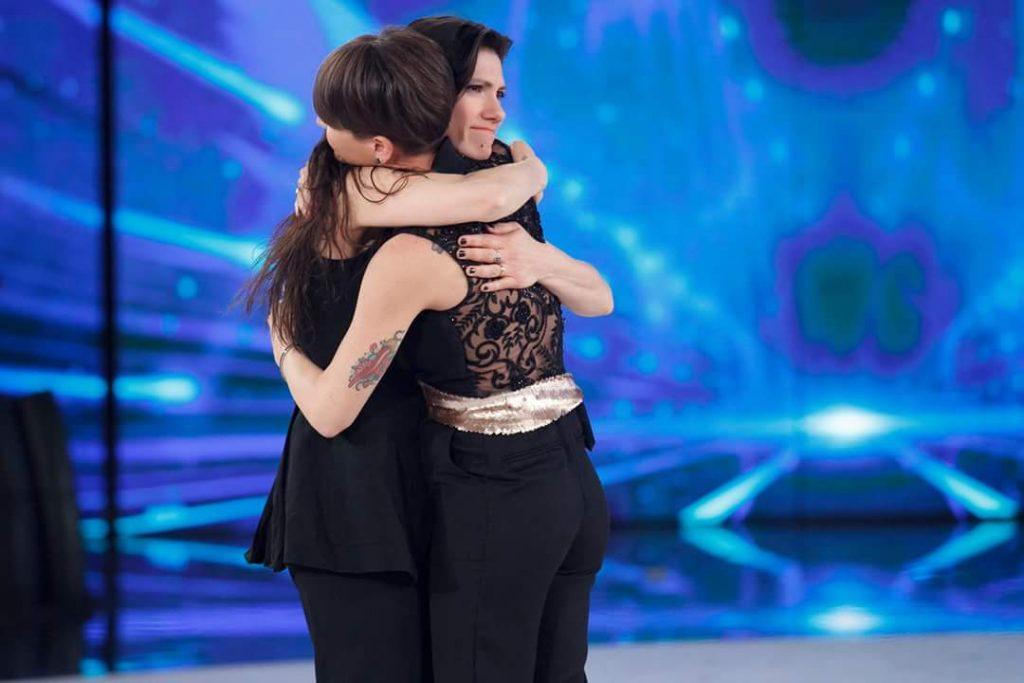 Alessandra Amoroso abbraccia Elisa, in lacrime cantano insieme