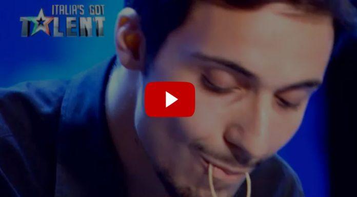 Video Matteo annoda gli spaghetti con la lingua a Italia's Got Talent