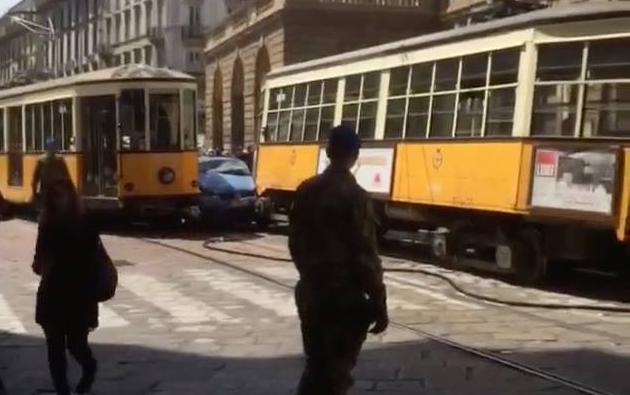 Incidente Milano, Macchina Polizia tra due Tram (Foto) 2