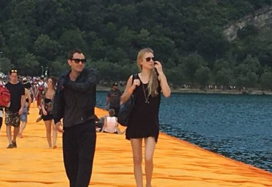 "Vip sulla passerella di Christo: Jude Law e Willem Dafoe su ""The Floating Piers"""