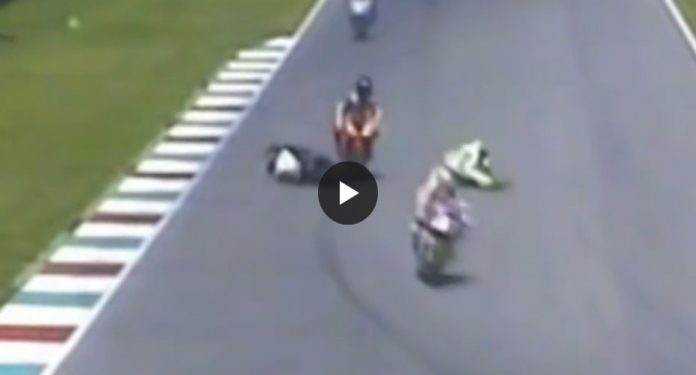 Niccolò Canepa fa cadere un motociclista (Video)