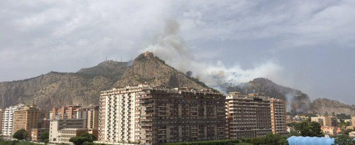 Incendio a Palermo: Evacuate Monte Pellegrino, Acquasanta e Sperone