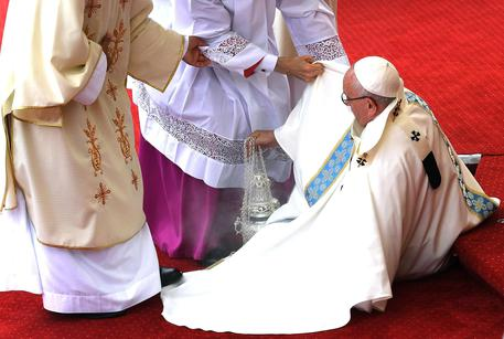 Pope Francis on the ground after falling at the beginning of the Holy Mass in the Shrine of Czestochowa on the occasion of the 1,050th anniversary of the baptism of Poland 28 July 2016. The Holy Father Francis' five-day-long visit to Krakow is in connection with the 31st World Youth Day planned in the city for July 26th through July 31st. ANSA/ DANIEL DAL ZENNARO