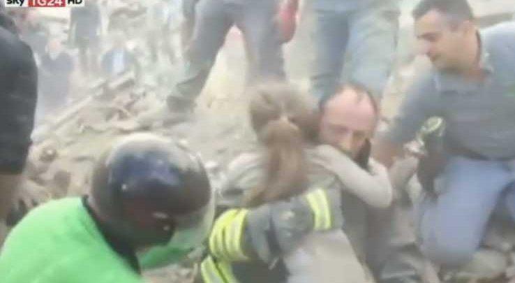 Terremoto Amatrice: Bambina estratta dalle Macerie (Video)
