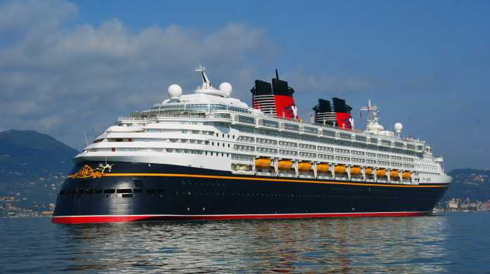 Salerno, Nave Disney Magic attracca al porto (Video)