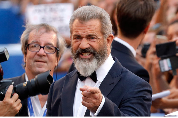 Mel Gibson re del Red Carpet alla Mostra del Cinema di Venezia (video)