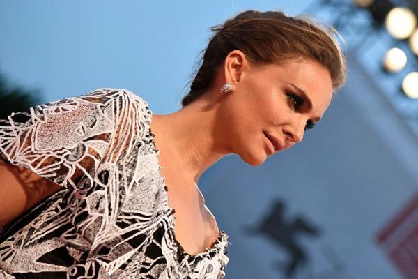 Natalie Portman sul Red Carpet alla Mostra del Cinema di Venezia (Video)