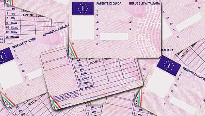 Treviso, patenti truccate: esami superati grazie a smartphone e auricolari