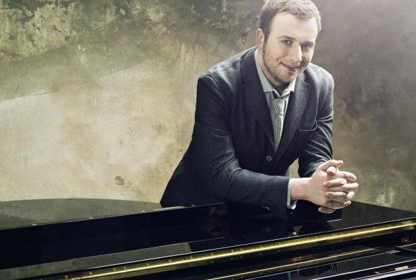"""Chi è Raphael Gualazzi? Biografia cantante a """"Stasera casa Mika"""""""
