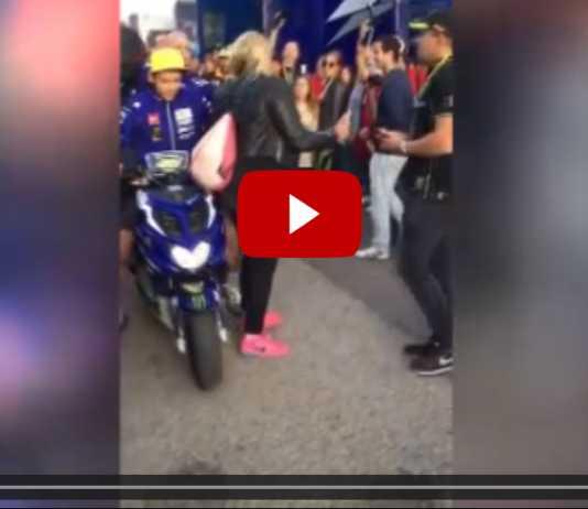 Valentino Rossi, Calcio a una Donna al MotoGp di Valencia (Video)