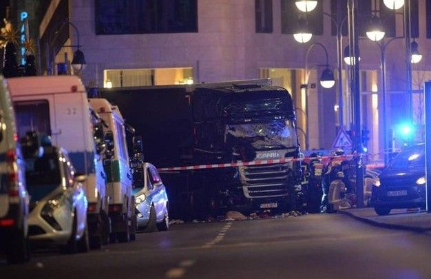 Camion sulla folla a Berlino, 9 morti (Video)