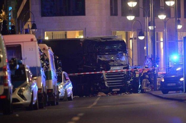 Camion sulla folla a Berlino, 9 morti (Video)