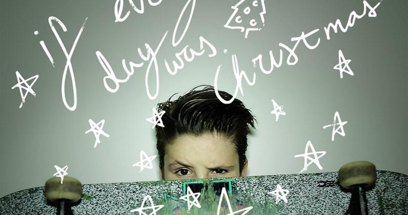 """Cruz Beckham, il figlio di David e Victoria, debutta con il singolo """"If Every Day Was Christmas"""""""