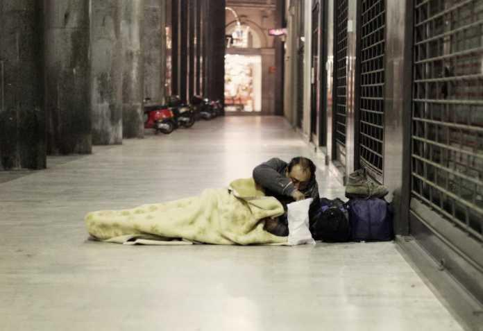 Milano, soldi per chi ospita un senzatetto in casa: come fare domanda