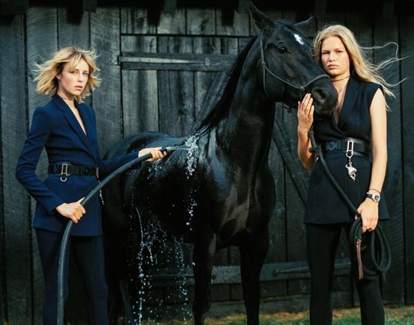 Versace, Edie Campbell e Anna Ewers nuove testimonial della linea Spring Campaign 1