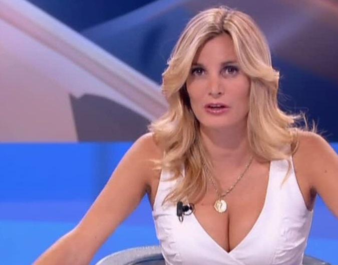 Chi è Mikaela Calcagno? Wiki, Biografia e Foto della Giornalista 2