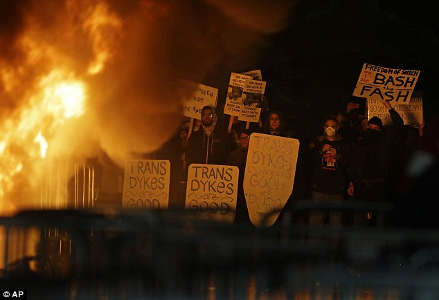 Berkeley, Proteste contro Trump: annullato discorso di Milo Yannopoulos 1