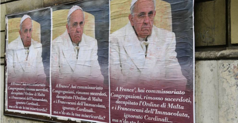 Manifesti contro Papa Francesco a Roma (Foto)