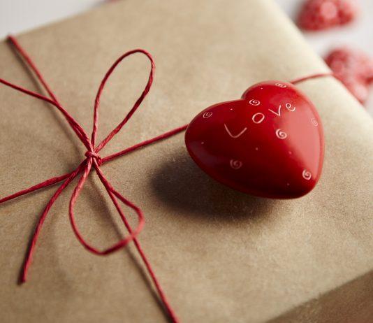 San Valentino 2017, regali per lei: Consigli su cosa comprare alla partner