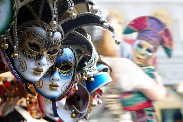 Acireale, maxi sequestro di maschere e costumi di carnevale