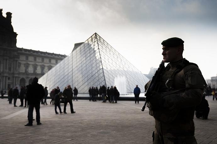 Parigi, sparatoria al Louvre: Agente contro presunto Terrorista