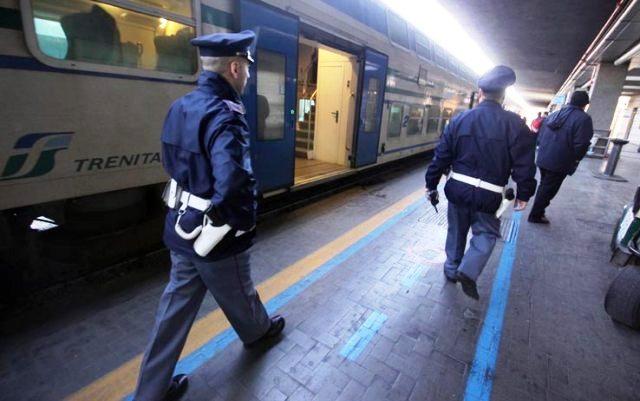 Milano, violentata in treno una minorenne: è caccia agli stupratori