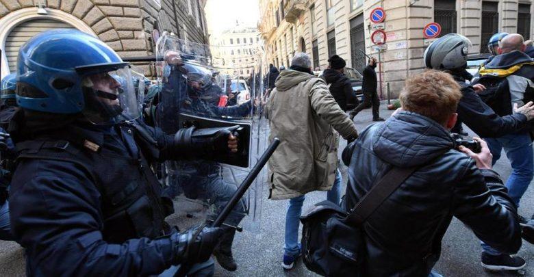 Protesta Tassisti Roma, Scontri davanti sede del PD: un ferito