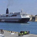 Palermo, incendio al Porto: traghetto in fiamme