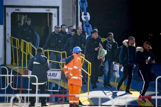 Traghetto Tirrenia Cagliari-Napoli, assaltato dai Migranti: viaggiatori derubati 1