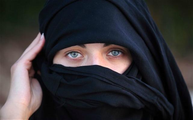 Ragazza musulmana senza Velo: la madre le rasa i capelli