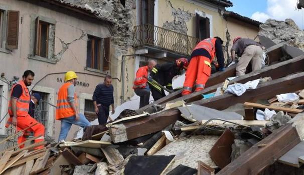 Milano, crolla una palazzina in via Astico: soccorsi al lavoro