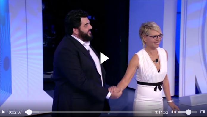 Cannavacciuolo a C'è Posta per Te: lo chef apre l'ultima puntata (video)