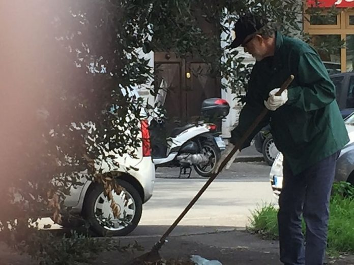 Roma, De Gregori pulisce via Settembrini insieme ai residenti