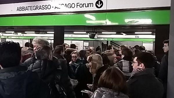 Metro Bloccata a Milano: Allarme bomba per il borsone di un Bagarino