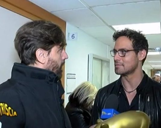 Gabriel Garko riceve il Tapiro d'Oro da Staffelli