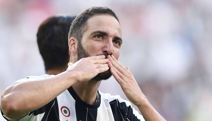 Higuain bacio verso gli spalti in Napoli-Juve