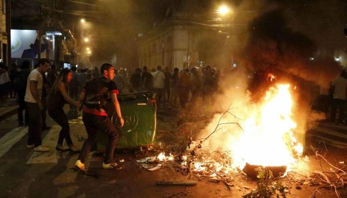 Protesta Paraguay, Parlamento assaltato e incendiato: un morto